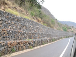 Gabion retaining in a cut situation. Photo by lviescas.