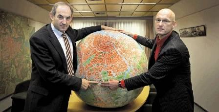 A globe of Amsterdam - Photo by Vincent Mentzel, NRC.nl