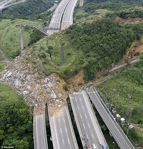 Landslide covers Freeway 3 in Taiwan